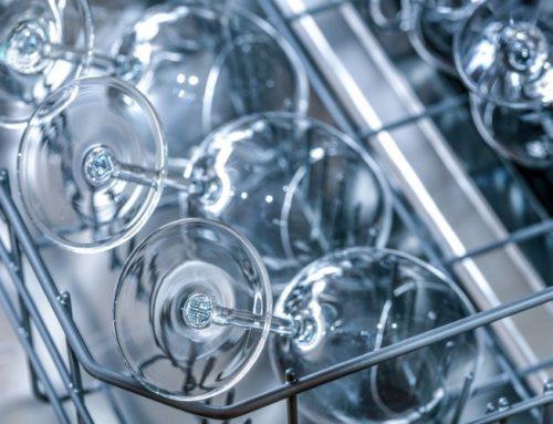 Warum werden Gläser im Geschirrspüler milchig?